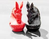 Chiuda su scacchi del cavallo nel rosso e nel nero Fotografia Stock