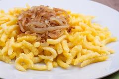 Spaetzle con la cipolla fritta Immagine Stock