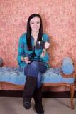 Chiuda in su su un caffè bevente dell'adolescente fotografie stock libere da diritti