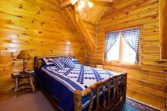 Chiuda in su su una camera da letto in una cabina Immagine Stock