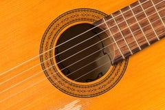 Chiuda su su una chitarra classica fatta di legno Immagini Stock Libere da Diritti