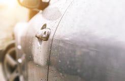 Chiuda su su una porta dell'automobile sportiva fotografia stock