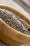 Chiuda su sui piccoli semi in ciotola di legno Fotografia Stock