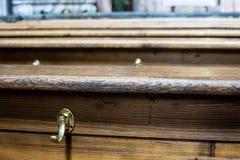 Chiuda su sul bordo superiore dei banchi di chiesa della chiesa Immagini Stock Libere da Diritti