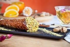 Chiuda su sul cannoli servito del pistacchio Pasticceria italiana di cucina Dessert italiano tradizionale con il formaggio di ric fotografia stock