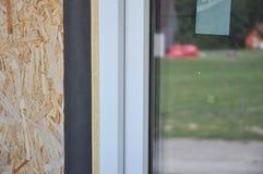 Chiuda su sul dettaglio d'impermeabilizzazione del film dell'installazione delle finestre Installazione della finestra e guida de fotografia stock libera da diritti