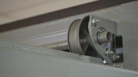 Chiuda su sul meccanismo meccanico apri della porta del garage archivi video