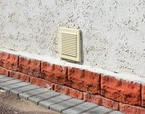 Chiuda su sul sistema di ventilazione della parete della casa Parete esteriore v della casa Fotografia Stock Libera da Diritti