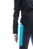 Chiuda su sulla donna di affari che tiene il suo raccoglitore Fotografie Stock