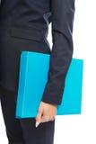 Chiuda su sulla donna di affari che tiene il suo raccoglitore Fotografie Stock Libere da Diritti