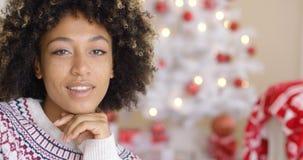 Chiuda su sulla donna felice vicino all'albero di Natale Immagine Stock