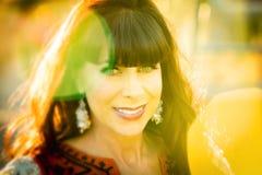 Chiuda su sulla donna sorridente allegra fotografia stock libera da diritti