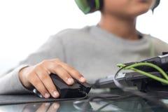 Chiuda su sulla mano destra per cliccare sopra il topo dal bambino del gamer (Sel Immagini Stock