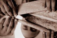Chiuda su sulla mano di un artigiano fotografia stock