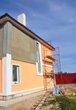 Chiuda su sulla parete della casa della pittura Costruzione o riparazione della casa rurale Fotografie Stock Libere da Diritti