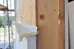 Chiuda su sulla parete della casa di legno con isolamento ed il muro a secco immagini stock libere da diritti