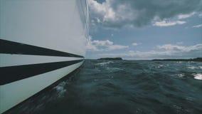 Chiuda su sulla prua di un yacht della navigazione stock footage