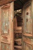 Chiuda su sulla vecchia retro metà di porta di legno d'annata di legno aperta Fotografia Stock