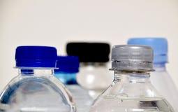 Chiuda su sulle bottiglie di plastica fotografia stock