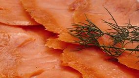 Chiuda su sulle fette di color salmone deliziose stock footage