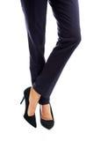 Chiuda su sulle gambe esili della donna di affari in tacchi alti Fotografie Stock