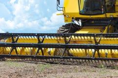 Chiuda su sulle lame di un trattore dopo il raccolto Immagini Stock Libere da Diritti