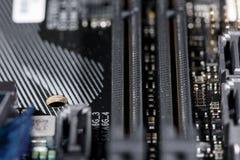Chiuda su sulle scanalature di PCI Express di un mainboard moderno del computer immagine stock