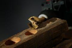 Chiuda su sullo strumento del metallo per perforare i pozzi circolari fotografia stock