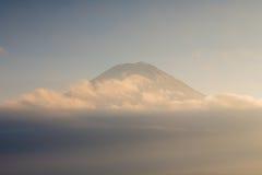Chiuda su tok del Mt Orizzonte di Fuji sopra nuvoloso durante il tramonto Immagini Stock