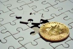 Chiuda su un bitcoin scelto dell'oro del fuoco e su un pezzo finale di puzzle Fotografia Stock Libera da Diritti