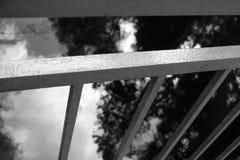 Chiuda su su un'inferriata metallica del ponte fotografia stock libera da diritti