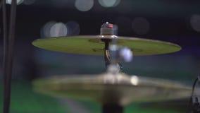 Chiuda su un metraggio di due bastoni del tamburo che colpiscono i piatti di un tamburo archivi video