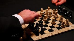 Chiuda su un metraggio di due giocatori che giocano gli scacchi