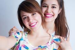 Chiuda su un ritratto del selfie di stile di vita di giovane donna positiva due Immagini Stock