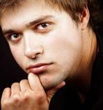 Chiuda su un ritratto dell'un giovane bello Immagine Stock