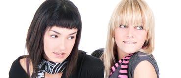 Chiuda su una posizione graziosa delle due donne Immagini Stock