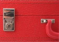 Chiuda su una valigia rossa dell'annata Fotografie Stock