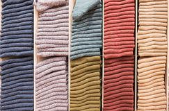 Chiuda su variopinto dei calzini caldi Fotografia Stock