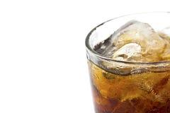 Chiuda su vetro di cola con ghiaccio Isolato Fotografia Stock