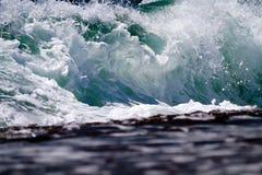 Chiuda su Wave che si rompe sulla riva Immagini Stock Libere da Diritti