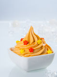 Chiuda su yogurt congelato colorato giallo sulla ciotola Fotografie Stock