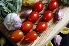 Chiuda sugli ingredienti scuri della pasta dell'alimento del chiaroscuro fotografie stock