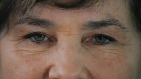 Chiuda sugli occhi di una donna anziana archivi video