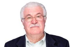Chiuda sugli occhiali d'uso seri dell'uomo senior Immagini Stock Libere da Diritti