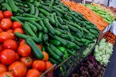 Chiuda sugli ortaggi freschi al contatore del negozio di verdure, mercato dell'agricoltore Concetto organico, sano, vegetariano d Fotografia Stock Libera da Diritti