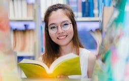 Chiuda sugli studenti della ragazza con le cartelle della scuola Fotografia Stock