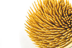 Chiuda sugli stuzzicadenti di bambù marroni su fondo bianco Fotografie Stock Libere da Diritti