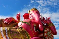 Chiuda sui bei grandi colori rosa di signore indù Ganesha del dio con il fondo bianco del cielo blu e della nuvola Fotografie Stock Libere da Diritti