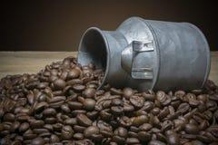 Chiuda sui chicchi di caffè, sulle borse del sacco e sui contenitori Fotografia Stock