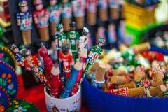 Chiuda sui colpi dei ricordi locali al mercato a Budapest fotografie stock libere da diritti